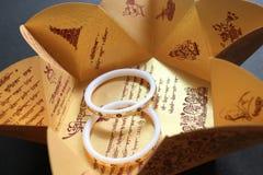 Cartes de mariage, bijoux, fond artistique Photo stock