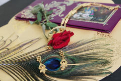 Cartes de mariage, bijoux, fond artistique Photos libres de droits