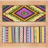 Cartes de modèle ethniques abstraites sur le fond en bois Photo libre de droits