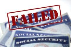 Cartes de sécurité sociale dans une pile de rangée pour la retraite Images libres de droits