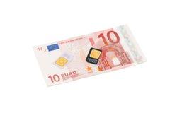 Cartes de SIM pour des téléphones mobiles sur l'euro facture Image stock