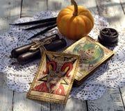 Cartes de tarot avec le potiron et la table noire sur la table de diseur de bonne aventure images stock