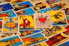 Cartes de tarot, le fond myst?rieux des symboles antiques Cartes de tarot, pour la divination, pr?vision de pr?vision du pass images stock