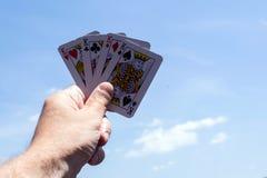 Cartes de tisonnier sur les milieux blancs Quatre rois disponibles Photo stock
