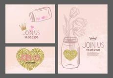 Cartes de vintage d'invitation avec les éléments tirés par la main de conception et les coeurs texturisés d'or Photo stock