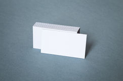 Cartes de visite professionnelle blanches vierges de visite avec la carte avant décalée Photographie stock