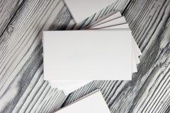 Cartes de visite professionnelle blanches vierges de visite sur le fond en bois Image libre de droits
