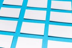 Cartes de visite professionnelle blanches vierges de visite sur le fond bleu Maquette pour l'identité de marquage à chaud photo libre de droits