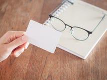 Cartes de visite professionnelle de visite de blanc de prise de femme Photographie stock