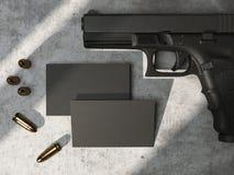Cartes de visite professionnelle de visite noires sur le plancher en béton avec l'arme à feu et les balles rendu 3d Photo libre de droits