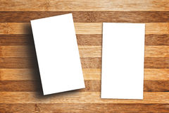 Cartes de visite professionnelle verticales vierges de visite sur le Tableau en bois Photo libre de droits