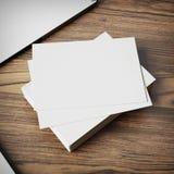 Cartes de visite professionnelle vierges de visite sur le fond en bois Photos libres de droits