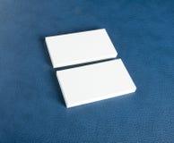 Cartes de visite professionnelle vierges de visite sur le fond en cuir bleu Image stock