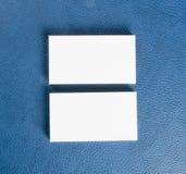 Cartes de visite professionnelle vierges de visite sur le fond en cuir bleu Photographie stock libre de droits
