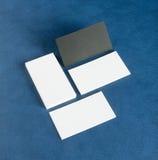 Cartes de visite professionnelle vierges de visite sur le fond en cuir bleu Image libre de droits