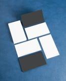 Cartes de visite professionnelle vierges de visite sur le fond en cuir bleu Photos libres de droits