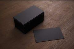 Cartes de visite professionnelle vierges de visite de noir de calibre sur le fond en bois 3d ren illustration de vecteur