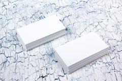 Cartes de visite professionnelle vierges de visite sur la table en bois Calibre pour l'identification Vue supérieure Images stock