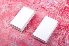 Cartes de visite professionnelle vierges de visite sur la table en bois Calibre pour l'identification Vue supérieure Photographie stock libre de droits