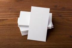 Cartes de visite professionnelle vierges de visite sur le fond en bois Photographie stock