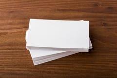 Cartes de visite professionnelle vierges de visite sur le fond en bois Images stock