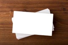 Cartes de visite professionnelle vierges de visite sur le fond en bois Image stock