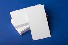 Cartes de visite professionnelle vierges de visite sur un bleu ; fond en bois Photo libre de droits