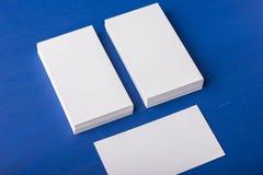 Cartes de visite professionnelle vierges de visite sur un bleu ; fond en bois Photographie stock libre de droits