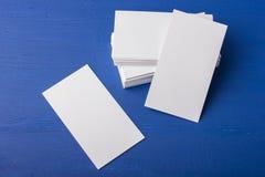 Cartes de visite professionnelle vierges de visite sur un bleu ; fond en bois Photos libres de droits
