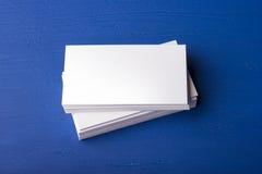 Cartes de visite professionnelle vierges de visite sur un bleu ; fond en bois Photos stock
