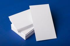 Cartes de visite professionnelle vierges de visite sur un bleu ; fond en bois Photographie stock