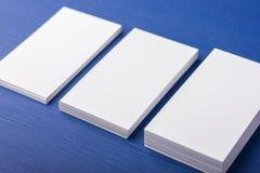 Cartes de visite professionnelle vierges de visite sur un bleu ; fond en bois Image libre de droits