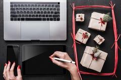 Cartes de voeux de carte de Noël, articles de décoration Cadeaux et espace de Noël pour une carte de voeux avec des vacances d'hi Photographie stock libre de droits