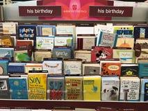 Cartes de voeux d'anniversaire à un magasin Photo libre de droits