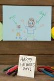 Cartes de voeux et crayons de jour de pères sur la table Photo libre de droits