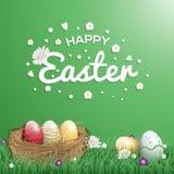 Cartes de voeux heureuses de jour de Pâques avec le nid et l'oeuf d'oiseau dans un jardin complètement de fleur Photos stock