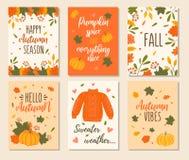Cartes en liasse d'automne avec des citations, des potirons, des feuilles et le chandail Illustrations tirées par la main de cart illustration stock