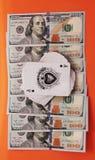 Cartes et argent comme symbole du jeu dans le casino Photos stock