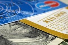 Cartes et argent comptant Photos stock