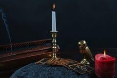 Cartes et bougies de runes sur le fond noir Photo stock