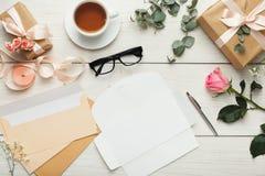 Cartes et enveloppes d'invitation de mariage sur la table en bois blanche, à image stock