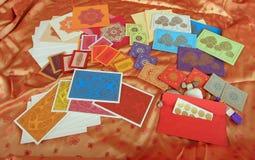 Cartes et enveloppes de note assorties Photographie stock
