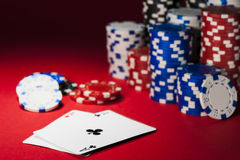 Cartes et jetons de poker Photographie stock