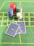 Cartes et jetons de poker Photos stock