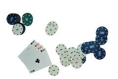 Cartes et jetons de poker d'isolement sur le fond blanc Photos stock