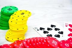 Cartes et jetons de poker de tisonnier Photos stock