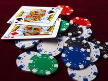 Cartes et jetons de poker sur un fond rouge Photographie stock