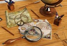 Cartes et loupe de vintage sur la table en bois Photographie stock