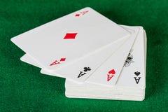Cartes et paquet de jouer des cartes. Images libres de droits