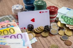 Cartes et puces pour le tisonnier, les euro billets et la pièce Photos stock